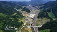 5月1日,在贵州省黔东南苗族侗族自治州榕江县朗洞镇境内拍摄的剑榕高速公路美景。