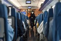 """5月3日,邵晨在G8321次列车上巡视。今年25岁的邵晨2019年参加工作,是合肥铁路公安处乘警支队的一名乘警。""""五一""""假日期间,邵晨认真地执行每一次值乘任务,保障旅客乘车安全。"""