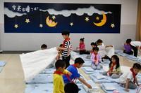 5月8日,杭州市永正实验学校一年级学生在午睡室准备午休。