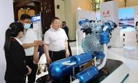 5月10日,参观者在观看红旗氢能发动机模型。