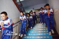 5月11日,在河北张家口市青少年冬奥运动学校,学生进行突发地震灾害应急演练。