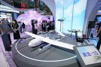 5月11日,观众在参观展出的一款无人机产品。