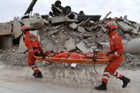 在兰州国家陆地搜寻与救护基地,武警甘肃总队机动支队战士进行伤员转运训练(5月10日摄)。