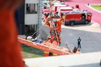 """5月12日,在福建省厦门市海沧区,消防员在地震救援演练中利用绳索营救""""被困人员""""。"""