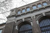 这是4月20日在比利时南部城市沙勒罗瓦拍摄的沙勒罗瓦劳动大学建筑。新华社记者 郑焕松 摄
