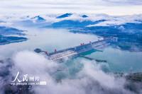 5月15日,三峡大坝云飘雾绕。郑坤摄(人民图片网)