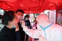 5月16日,在肥西县上派镇一小区,居民接受核酸检测。