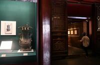 5月17日,嘉宾在故宫参观展览。