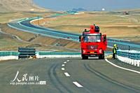 2021年5月17日,工人在京新高速新疆巴里坤至木垒段安装护栏。
