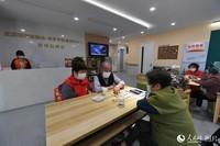 5月19日上午,在浙江嘉兴秀洲区王店镇家院融合·养医护智慧照料中心,94岁的姚云魁老人(左三)正在和同伴下象棋。
