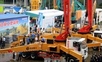 5月19日,观众在2021长沙国际工程机械展览会室外展区参观。