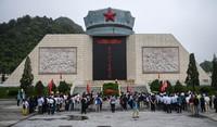 党员干部在广西灌阳新圩阻击战纪念碑前开展党史教育活动(5月19日摄)。