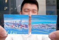 5月21日,一名集邮爱好者在江苏苏州邮政局展示刚购买的《中巴建交七十周年》纪念邮票。