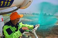 5月21日,工作人员在胶州市火车北站附近建筑工地进行固尘剂喷洒作业。