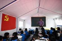 5月23日,李加才让在玛多县民族寄宿制中学帐篷教室里上课。