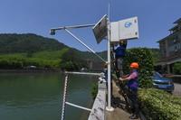 5月25日,工作人員在杭州市臨安區里畈水庫巡查庫下流量自動監測設備,該設備具備自動監測和數據實時上傳功能。