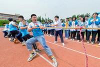 5月26日,雞澤縣第一中學的高三學生在進行拔河比賽。