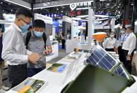 5月26日,觀眾在第十二屆中國衛星導航成就博覽會上參觀展品。