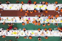 5月26日,重慶市北碚區實驗幼兒園的孩子們在長卷上繪畫(無人機照片)。
