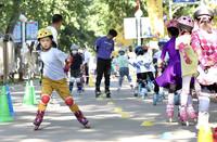 5月29日,小朋友在中國兒童中心的活動上體驗輪滑運動。