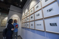 5月30日,觀眾在高虹新四軍紅色文化體驗館觀看革命主題的版畫作品。