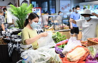 5月30日,市民在廣鋼新城一家社區超市選購蔬菜。