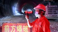 一名負責人下達爆破指令,德興隧道隨后貫通(5月31日攝)。