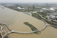 建設中的西安跨灞河慢行橋(5月26日攝,無人機照片)。