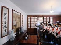 6月1日,講解員為前來參觀李大釗故居的學生做介紹。新華社記者 張晨霖 攝