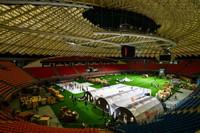 建設者在廣州體育館搭建氣膜方艙實驗室(6月1日攝)。