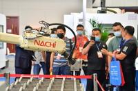 6月3日,觀眾在天津工博會上參觀機械設備。