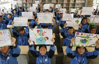 6月3日,河北省邢臺市晏家屯中學學生展示環境保護手抄報。