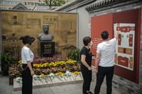 6月6日,游客在北京李大釗故居參觀。