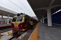 6月10日,在牡丹江火車站,工作人員登上即將發車的高速鐵路聯調聯試檢測列車。