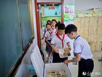 6月11日,在山東省日照市東港區第三實驗小學,參加午間配餐的學生們正在有序就餐。