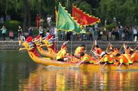 6月12日,在北京龍潭公園,參賽隊伍參加競速龍舟賽。