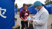 6月13日,在盈江縣卡場鎮卡場村委會咱巴石村村民小組地震救災安置點,工作人員向村民宣傳傳染病防控知識。