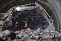 6月14日,工作人員在鄢家寨隧道內做最后的施工。