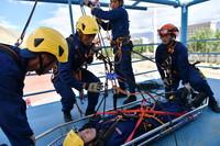 6月15日,參訓學員進行懸崖向上救援系統實際操作展示。