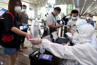 6月16日,旅客在廣州南站通過刷身份證識別健康碼狀態。