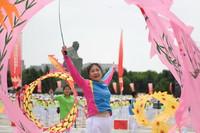 6月16日,市民在長春世界雕塑園友誼廣場上表演百姓健康舞。