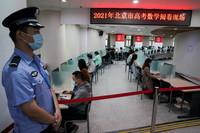 6月16日,評卷老師在位于清華大學的高考數學評卷現場用計算機系統閱卷。