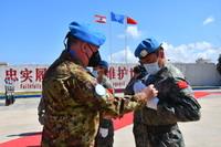 6月16日,在黎巴嫩南部辛尼亞村的中國維和營,聯合國駐黎巴嫩臨時部隊(聯黎部隊)司令德爾科爾(左)為維和官兵代表佩戴勛章。