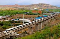 6月19日,一列CRH5E型長編臥鋪動車組列車在蘭新高鐵烏魯木齊河特大橋上疾馳。