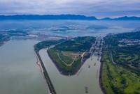 6月20日,船舶有序通過三峽五級船閘(無人機照片)。新華社發(鄭家裕攝)