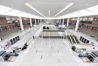 這是6月23日拍攝的成都天府國際機場交通中心的換乘大廳。