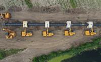 6月24日,工人在唐山市豐南區王蘭莊鎮境內的曹妃甸區新天LNG接收站外輸管線項目(曹妃甸-寶坻段)建設工地施工(無人機照片)。