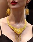6月24日,模特在上海國際珠寶首飾展覽會上展示婚慶系列黃金飾品。