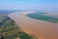 這是6月24日在河南省蘭考縣黃河灣風景區拍攝的黃河(無人機照片)。 新華社記者 許雅楠 攝