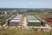 這是6月27日在海口國家高新技術產業開發區美安生態科技新城拍攝的海口國家高新區新藥創制產業創新園項目(無人機照片)。新華社記者 蒲曉旭 攝